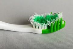 Bello spazzolino da denti luminoso manuale su gray fotografia stock libera da diritti