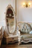 Bello specchio bianco nell'interno di lusso della camera da letto Fotografie Stock Libere da Diritti