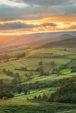 Bello splendere leggero dorato sulla valle di speranza in Derbyshire, il distretto di punta, Regno Unito Fotografia Stock Libera da Diritti