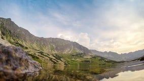 Bello stagno in montagne di Tatra video d archivio