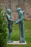 Bello statuto di un monaco e di una donna nei giardini del monastero di San Millan de La Cogolla un giorno molto nuvoloso Archite immagine stock