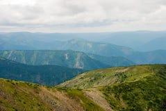 Bello strato della montagna alla luce di giorno fotografia stock libera da diritti