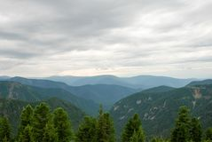 Bello strato della montagna alla luce di giorno fotografia stock