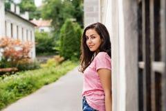 Bello studente adolescente all'aperto al muro di cemento Immagine Stock
