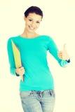 Bello studente della giovane donna che gesturing okay Immagini Stock Libere da Diritti