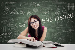 Bello studente di college femminile nella classe 1 Fotografia Stock Libera da Diritti