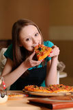 Bello studente di college in pizzeria Immagine Stock Libera da Diritti