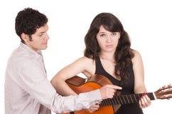 Bello studente femminile frustrato della chitarra e Fotografie Stock
