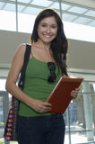 Bello studente Holding Folder immagine stock