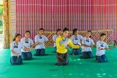 Bello studente senior che insegna agli studenti minori in tradizionale fotografia stock