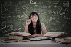 Bello studio della studentessa nella classe Immagine Stock