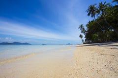 Bello, stupendo, vista sul mare meravigliosa dell'isola con le palme alte Fotografia Stock