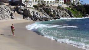 Bello sunbather della spiaggia stock footage