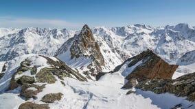 Bello Sunny Winter Day in montagne delle alpi di Snowy Lasso di tempo Dolly Shot sopra le rocce di Snowy ed i picchi maestosi archivi video