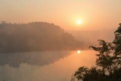 Bello sunruse rosa sotto il fiume L'India, Gujarat Paesaggio indiano fotografia stock libera da diritti