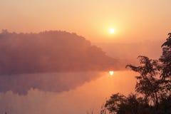Bello sunruse rosa sotto il fiume L'India, Gujarat Paesaggio indiano fotografia stock