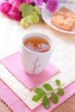 Bello tè di pomeriggio con i biscotti, rose fotografia stock libera da diritti