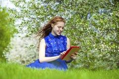 Bello taccuino della lettura della ragazza Fotografie Stock