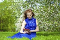 Bello taccuino della lettura della ragazza Immagine Stock