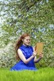 Bello taccuino della lettura della ragazza Fotografia Stock Libera da Diritti