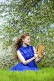 Bello taccuino della lettura della ragazza Fotografia Stock