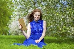 Bello taccuino della lettura della ragazza Immagine Stock Libera da Diritti
