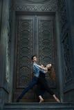 Bello tango di dancing delle coppie immagine stock