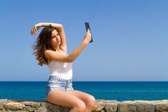 Bello teenager castana adolescente negli shorts del tralicco Fotografie Stock