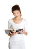 Bello teenager femminile con un libro. Fotografie Stock Libere da Diritti