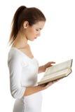Bello teenager femminile con un libro. Immagini Stock Libere da Diritti