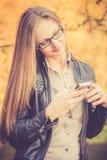 Bello telefono di uso della ragazza Fotografie Stock Libere da Diritti