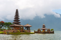 Bello tempio sul lago Fotografia Stock