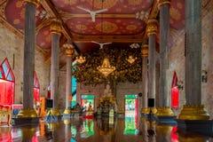 bello tempio tailandese dentro con Buddha sull'altare Immagine Stock