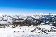 Bello tempo di inverno sulla stazione sciistica in alte montagne Immagine Stock Libera da Diritti