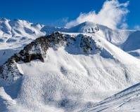 Bello tempo di inverno sulla stazione sciistica in alte montagne Fotografie Stock Libere da Diritti