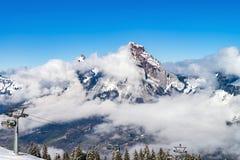 Bello tempo di inverno sulla stazione sciistica in alte montagne Immagine Stock