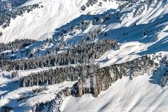 Bello tempo di inverno sulla stazione sciistica in alte montagne Fotografie Stock