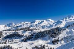 Bello tempo di inverno sulla stazione sciistica in alte montagne Fotografia Stock