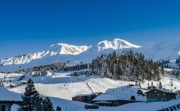 Bello tempo di inverno sulla stazione sciistica in alte montagne Immagini Stock Libere da Diritti