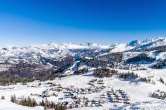 Bello tempo di inverno sulla stazione sciistica in alte montagne Fotografia Stock Libera da Diritti