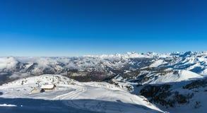 Bello tempo di inverno sulla stazione sciistica in alte montagne Immagini Stock