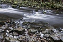 Bello tempo di otturazione lento sulle cascate in Galles del sud Fotografia Stock
