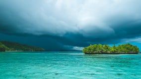 Bello temporale blu di Lagoone poco prima, Gam Island, Papuan ad ovest, Raja Ampat, Indonesia Fotografia Stock Libera da Diritti