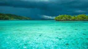 Bello temporale blu di Lagoone poco prima, Gam Island, Papuan ad ovest, Raja Ampat, Indonesia Fotografie Stock