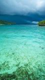Bello temporale blu di Lagoone poco prima, Gam Island, Papuan ad ovest, Raja Ampat, Indonesia Fotografia Stock