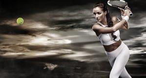 Bello tennis della donna di sport con la racchetta in costume bianco degli abiti sportivi Immagini Stock