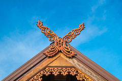 Bello tetto tailandese del nord della casa con il fondo del cielo fotografie stock