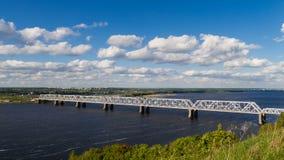 Bello timelapse del ponte ferroviario attraverso il fiume Volga archivi video