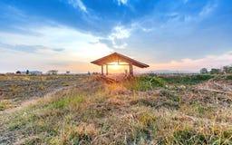 Bello tramonto al campo asciutto di agricoltura della campagna Immagine Stock Libera da Diritti