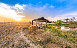Bello tramonto al campo asciutto di agricoltura della campagna Fotografia Stock